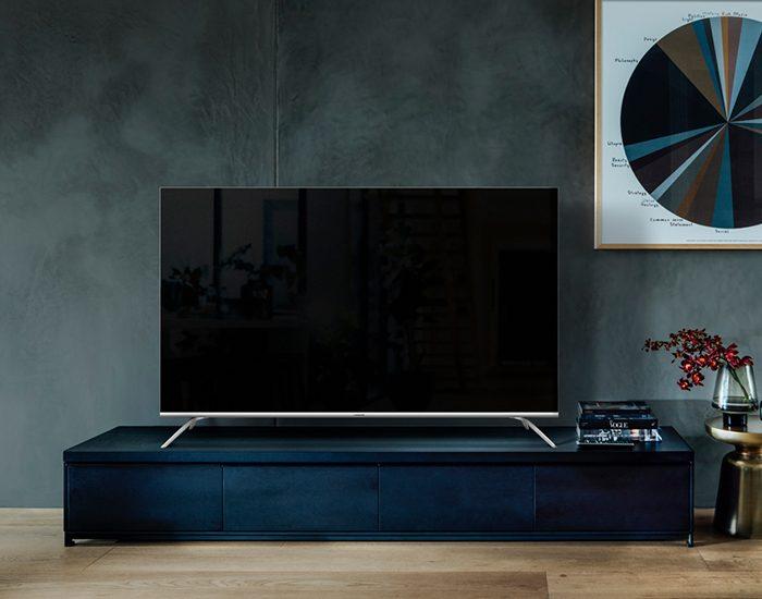 Hisense 75R8 75inch Quantum Dot ULED TV Lifestyle Front
