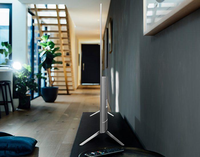 Hisense 75R8 75inch Quantum Dot ULED TV Lifestyle Side